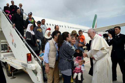 Le Pape François ramène à Rome trois familles musulmanes syriennes dans son avion, après une visite dans le camp de migrant de l'île grecque de Lesbos le 16 avril 2016 © FILIPPO MONTEFORTE, FILIPPO MONTEFORTE POOL/AFP/Archives