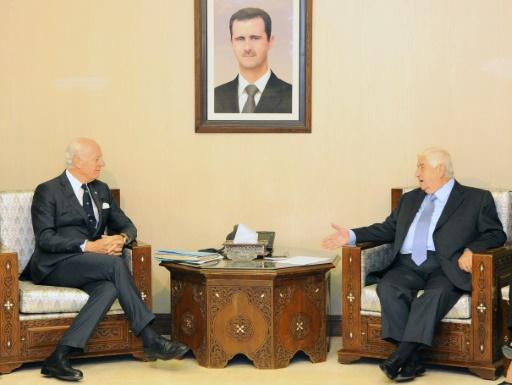 Photo fournie par l'agence oficielle Syrian Arab News Agency (SANA) montrant le chef de la diplomatie syrienne Walid Muallem (D) s'entretenant avec l'émissaire de l'ONU en Syrie Staffan de Mistura, le 20 novembre 2016 à Damas  © HO SANA/AFP