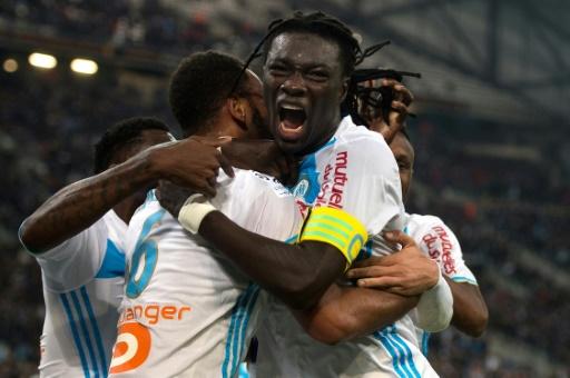 La joie des Marseillais Rolando et Bafétimbi Gomis après le but contre Caen, le 20 novembre 2016 à Marseille © BERTRAND LANGLOIS AFP