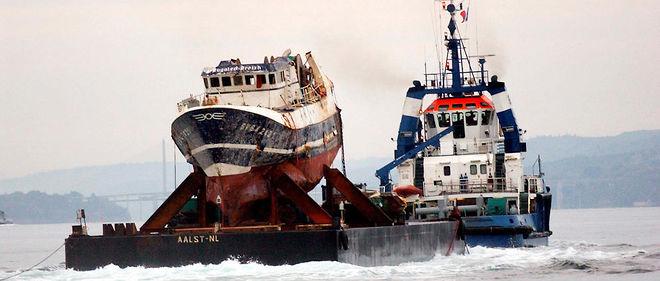 L'épave du chalutier breton Bugaled Breizh dans le port militaire de Brest.