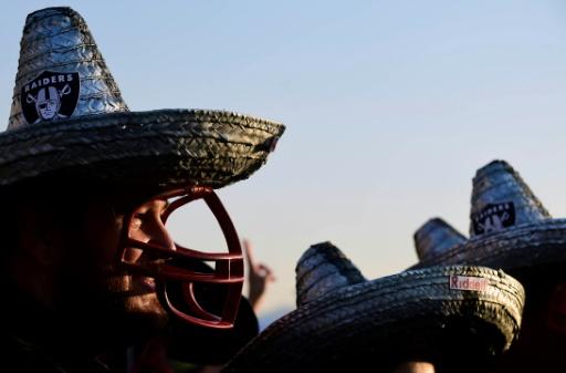 Un supporteur avec un sombrero avant un match de NFL entre Oakland Raiders et les Houston Texans au stade Azteca de Mexico, le 21 novembre 2016 © ALFREDO ESTRELLA AFP