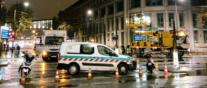 Les équipes d'intervention de la RATP inspectent la ligne aérienne de contact (le câble électrique) du tramway T3a, place Balard, au petit matin le mercredi 23 novembre.