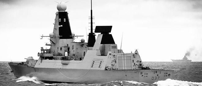 Le destroyer britannique HMS Duncan (au premier plan) escorte et surveille le groupe aéronaval russe constitué autour du porte-avions Amiral Kuznetsov (à l'arrière-plan), en mer du Nord, le 20 octobre 2016.