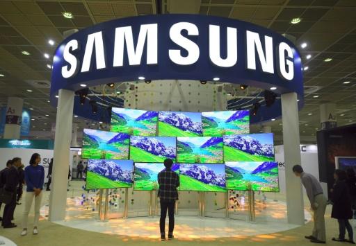 Des visiteurs regardent des écrans TV sur le stand de Samsung, le 27 octobre 2016 à Séoul © JUNG YEON-JE AFP/Archives
