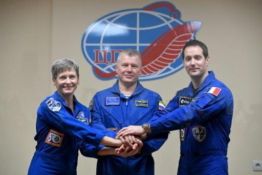 L'astronaute français Thomas Pesquet avec ses co-équipiers russe Oleg Novitski et américaine Peggy Whitson à Baïkonour, au Kazakhstan avant le départ pour l'ISS, le 16 novembre 2016 © Kirill KUDRYAVTSEV AFP