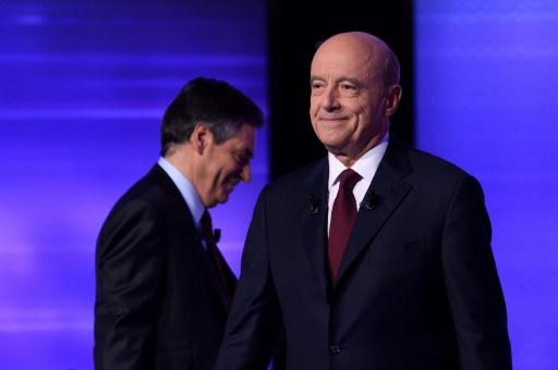 Francois Fillon et Alain Juppe, à l'issue du débat télévisé de l'entre-deux-tours de la primaire de droite le 24 novembre 2016 à Paris © Eric FEFERBERG POOL/AFP