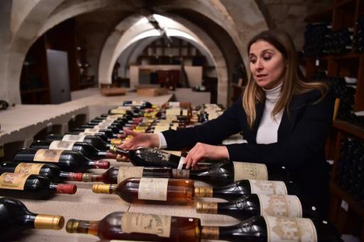 Virginie Routis dans la cave de l'Elysée, le 18 novembre 2016, où elle veille sur 14.000 bouteilles © CHRISTOPHE ARCHAMBAULT AFP