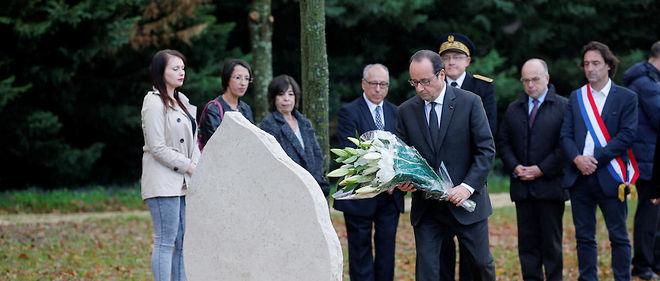 François Hollande et Bernard Cazeneuve, à droite de l'image, ont accompagné la famille d'Abel Chennouf.