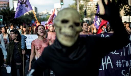 Des manifestants lors du rassemblement contre la violence faite aux femmes le 25 novembre 2016 à Santiago du Chili © Martin BERNETTI AFP