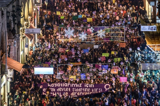 Rassemblement à Istanbul contre la violence faite aux femmes, le 25 novembre 2016 © OZAN KOSE AFP