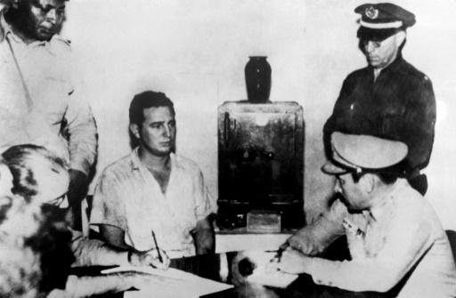 Fidel Castro endendu par le colonel Chabiano, après l'échec de l'offensive contre la caserne de la Moncada le 26 juillet 1953 à de Cuba  © - PRENSA LATINA/AFP/Archives