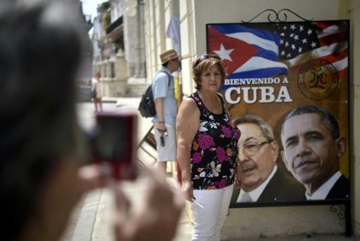 Une affiche de Raul Castro et Barack Obama à l'entrée d'un restaurant cubain le 19 mars 2016 à La Havane © YURI CORTEZ AFP/Archives