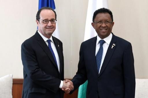 François Hollande et le président malgache Hery Rajaonarimampianina au 16e sommet de la Francophonie le 26 novembre 2016 à Antananarivo  © STEPHANE DE SAKUTIN AFP