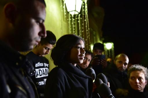 Assa Traoré, la soeur d'Adama, s'adresse aux journalistes lors d'un rassemblement devant la mairie de Beaumont-sur-Oise, le 22 novembre 2016 © CHRISTOPHE ARCHAMBAULT AFP