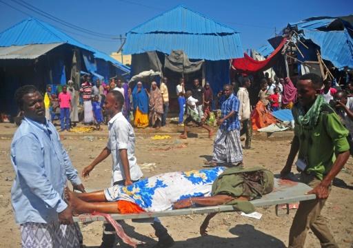 Des blessés sont évacués après l'explosion d'une voiture piégée près d'un marché de la capitale somalienne Mogadiscio le 26 novembre 2016 © MOHAMED ABDIWAHAB AFP