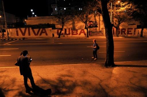 Des habitants au petit matin à la Havane après la mort de Fidel Castro, le 26 novembre 2016 © YAMIL LAGE AFP
