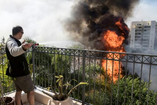 Des flammes de plusieurs mètres menacent des immeubles de plusieurs étages dans les quartiers périphériques de la ville d'Haïfa, le 24 novembre 2016 © JACK GUEZ AFP