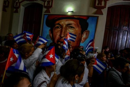 Des Vénézueliens agitent des drapeaux cubains en hommage au père de la Révolution cubaine, au mausolée d'Hugo Chavez, le 26 novembre 2016 à Caracas © Juan BARRETO AFP