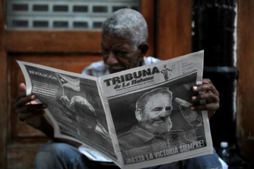 Un homme lit le journal, consacré à la mort de Fidel castro, dans les rues de La Havane le 27 novembre 2016 © PEDRO PARDO AFP