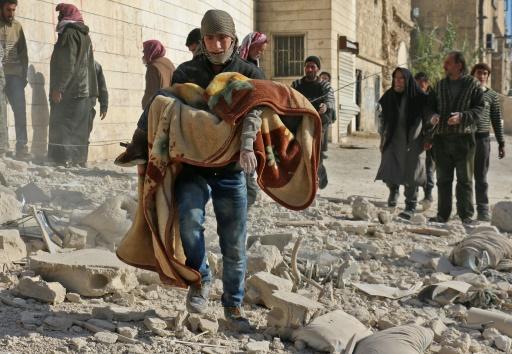 Un Syrien emporte le corps d'un enfant tué dans un bombardement  du quartier Bab al-Nairab le 24 novembre 2016 à Alep  © AMEER ALHALBI AFP