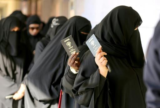 Des femmes koweitiennes s'apprêtent à voter le 26 novembre 2016 à Koweït © Yasser Al-Zayyat AFP