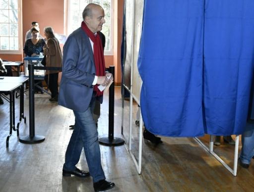 Alain Juppé vote le 27 novembre 2016 à Bordeaux pour le deuxième tour de la primaire de la droite et du centre © GEORGES GOBET AFP