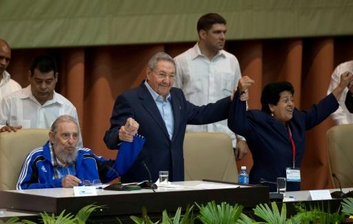 Raul Castro (debout) et son frère Fidel Castro (G) lors de la cérémonie de clôture du congrès du parti communiste cubain le 19 avril 2016 à La Havane © ISMAEL FRANCISCO www.cubadebate.cu/AFP/Archives