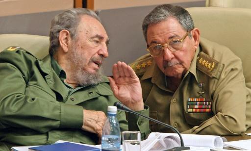 Fidel Castro et son frère Raul Castro le 23 décembre 2003 à Cuba © ADALBERTO ROQUE AFP/Archives