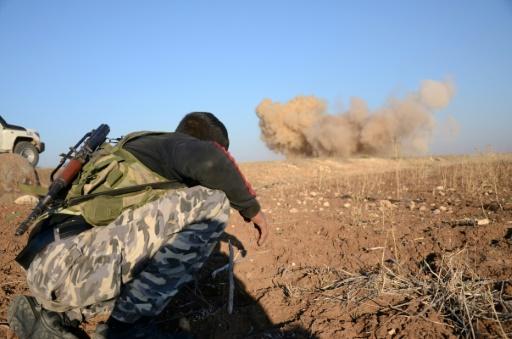 Un rebelle se tient à distance d'une mine laissée par les hommes de l'EI, que ses hommes font exploser le 25 novembre 2016 à à Tilalayn © Nazeer al-Khatib AFP