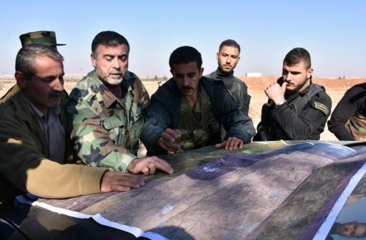 Des combattants du régime syrien étudient une carte lors d'une offensive visant Al-Bab le 25 novembre 2016 à Alep © GEORGE OURFALIAN AFP