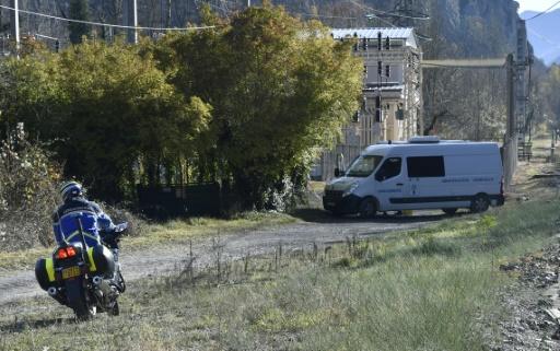 Un véhicule de gendarmerie le 27 novembre 2016 à l'endroit, entre Tarascon-sur-Ariege et Ussat, où un gendarme a été mortellement blessé en Ariège par un automobiliste  © PASCAL PAVANI AFP