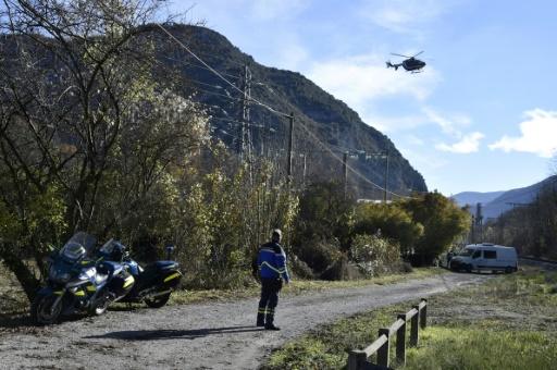Un hélicoptère de la gendarmerie survole le 27 novembre 2016 l'endroit, entre Tarascon-sur-Ariege et Ussat, où un gendarme a été mortellement blessé en Ariège par un automobiliste  © PASCAL PAVANI AFP