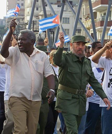 Le 18 octobre 2000, défilant dans La Havane avec Fidel Castro, Esteban Lazo (G), économiste de 72 ans, président de l'Assemblée nationale depuis février 2013, est l'unique Noir parmi les plus hauts dirigeants © ADALBERTO ROQUE AFP/Archives