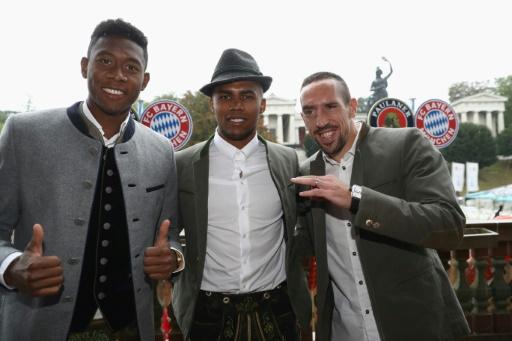 Franck Ribéry et ses coéquipiers du Bayern David Alaba et Douglas Costa, lors de la traditionnelle de l'équipe visite à l'Oktoberfest, le 8 octobre 2016 0 Munich © Alexander Hassenstein POOL/AFP