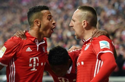 Franck Ribéry fête un but avec ses coéquipiers du Bayern Thiago Alcantara et David Alaba, le 21 septembre 2016 à Munich © CHRISTOF STACHE AFP/Archives