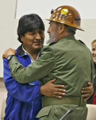 La Bolivie est gouvernée depuis 2006 et pour la première fois de son histoire par un indigène, Evo Morales (G), fervent admirateur de Fidel, ici avec lui à La Havane le 30 décembre 2006 © ADALBERTO ROQUE AFP