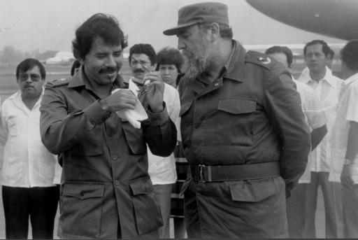 Fidel Castro a célébré en 2007 le retour au sommet de son disciple, l'ex-guérillero Daniel Ortega (G), ici à La Havane le 30 juin 1988 © JOSE TAMARGO AFP/Archives