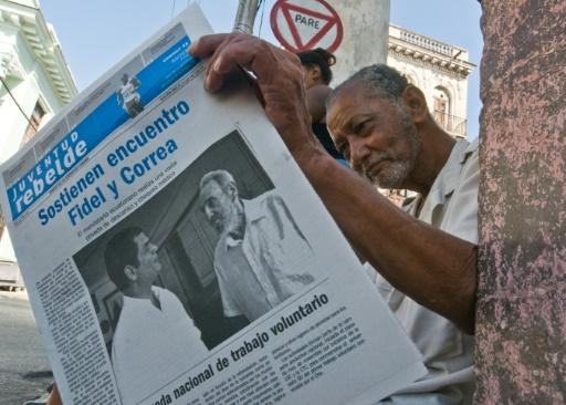 """Dès 2007 Daniel Ortega forme l'axe """"anti-impérialiste"""" régional avec Chavez, Morales et l'Équatorien Rafael Correa (G), le président Équatorien en Une du journal Juventud Rebelde avec Fidel Castro, le 23 août 2009 © STR AFP/Archives"""