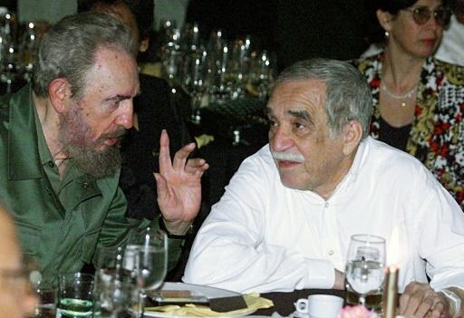 Fidel Castro est pris en photo ici avec son ami l'écrivain colombien et Nobel de littérature Gabriel Garcia Marquez (D) le 4 mars 2000 à La Havane © ADALBERTO ROQUE AFP/Archives
