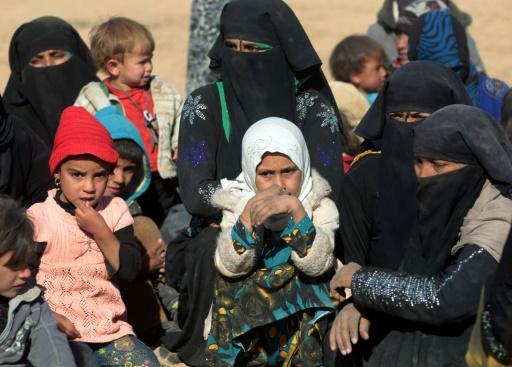 Plus de 70.000 personnes ont fui les combats depuis le début de la bataille de Mossoul, lancée le 17 octobre par les forces irakiennes pour reprendre à l'EI son bastion irakien. Photo de civils à Qayyarah le 26 novembre 2016 © AHMAD AL-RUBAYE AFP