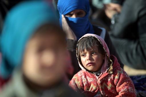 L'arrivée précoce de l'hiver et des températures au-dessous de zéro est un coup dur de plus pour les familles réfugiées dans des camps autour de la ville, comme cet enfant arrivé à Qayyarah le 26 novembre 2016 © AHMAD AL-RUBAYE AFP