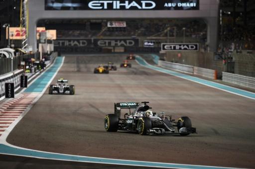 La Mercedes-AMG de Lewis Hamilton en tête devant Nico Rosberg, lors du GP d'Abou Dhabi, le 27 novembre 2016 sur le circuit Yas Marina © MOHAMMED AL-SHAIKH AFP