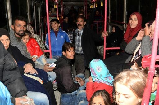 Des familles syriennes des qurtiers est d'Alep sont évacués en bus vers le quartier sous contrôle des forces kurdes de Cheikh Maqsoud, le 27 novembre 2016 © GEORGE OURFALIAN AFP
