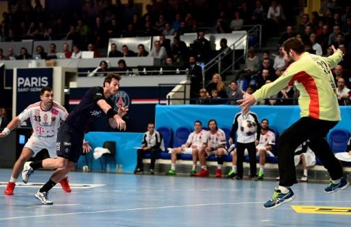 L'Allemand Uwe Gensheimer tire un penalty pour Paris face à Telekom Veszprem, le 27 novembre 2016 à Coubertin © MIGUEL MEDINA AFP