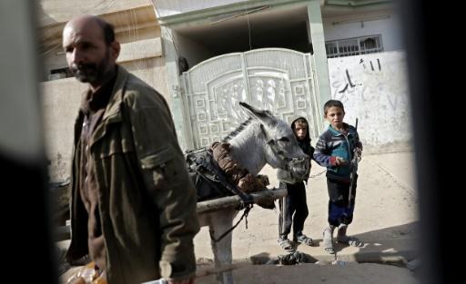 Des habitants dans un quartier dont les forces irakiennes ont réussi à chasser le groupe Etat islamique (EI), le 27 novembre 2016 à Mossoul © THOMAS COEX AFP