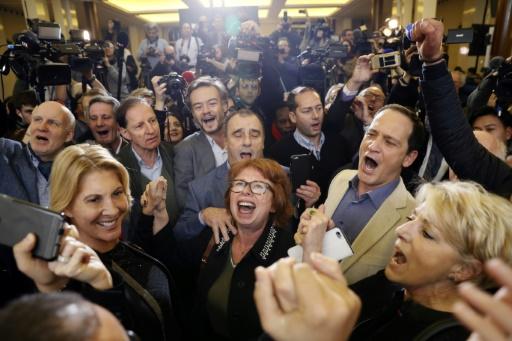Des soutiens de François Fillon réagissent aux premiers résultats en sa faveur lors du 2e tour des primaires de la droite et du centre, le 27 novembre 2016 à Paris  © Thomas SAMSON AFP