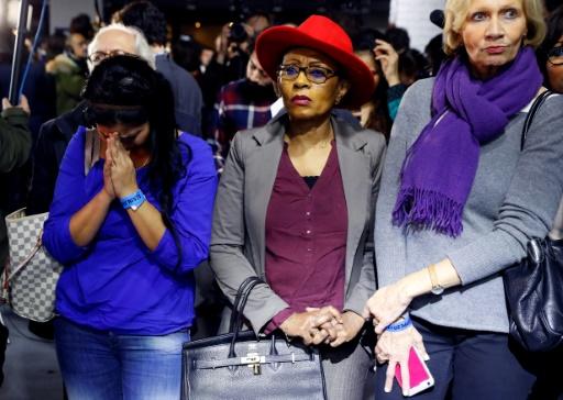 Des soutiens d'Alain Juppé réagissent aux premiers résultats du 2e tour des primaires de la droite et du centre, le 27 novembre 2016 à Paris  © Patrick KOVARIK AFP