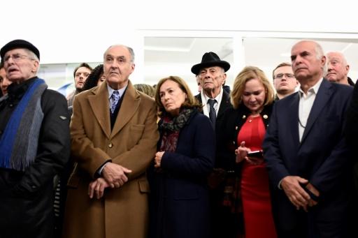 Des personnes attendent l'annonce des résultats de la primaire de droite, le 27 novembre 2016 à Paris  © Miguel MEDINA AFP
