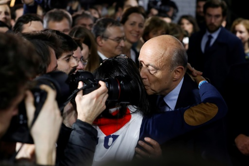 Alain Juppé embrasse une sympathisante après sa défaite à la primaire, le 27 novembre 2016 à Paris  © PATRICK KOVARIK AFP