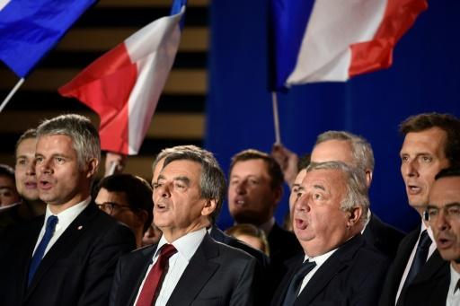 Laurent Wauquiez,  François Fillon et  Gérard Larcher en meeting le 22 novembre 2016 à Chassieu © JEAN-PHILIPPE KSIAZEK AFP